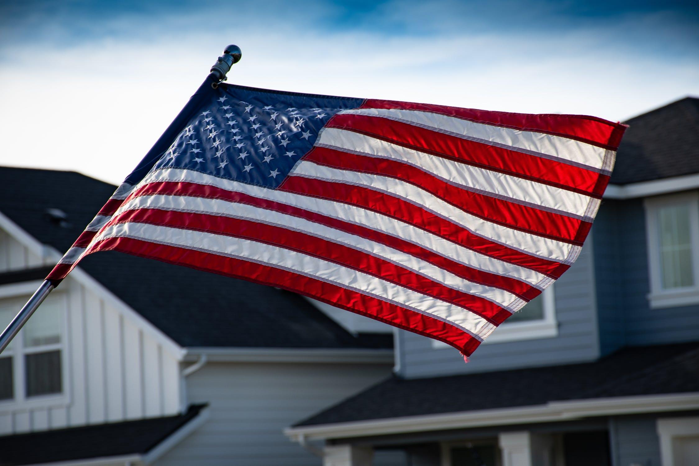 """川普""""美国将暂停赴美移民""""的推文解读!"""